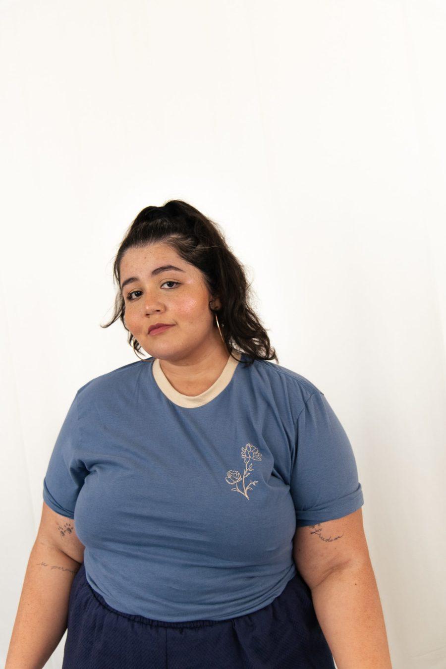 T-shirt azul aveludada